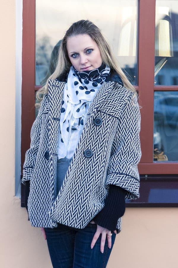 Portret van Rustig Kaukasisch Wijfje in Lichte Laag royalty-vrije stock foto