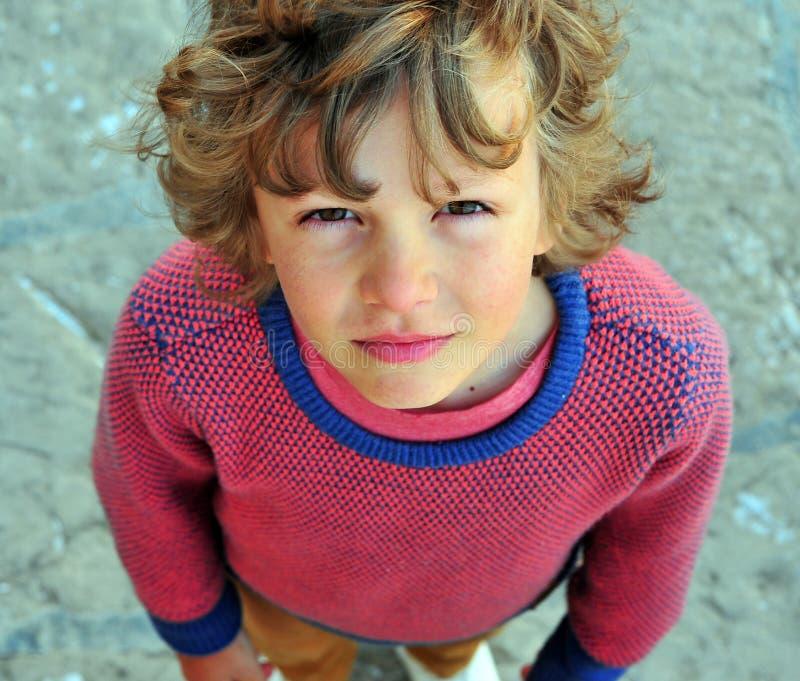 Portret van ruwharige jongen die camera bekijken stock fotografie