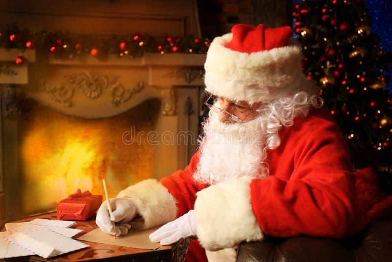 Portret van Santa Claus die Kerstmisbrieven beantwoorden royalty-vrije stock foto