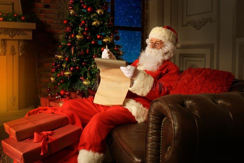 Portret van Santa Claus die Kerstmisbrieven beantwoorden stock foto's