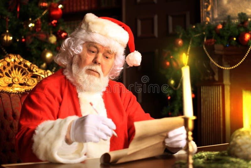 Portret van Santa Claus die Kerstmisbrieven beantwoorden stock fotografie