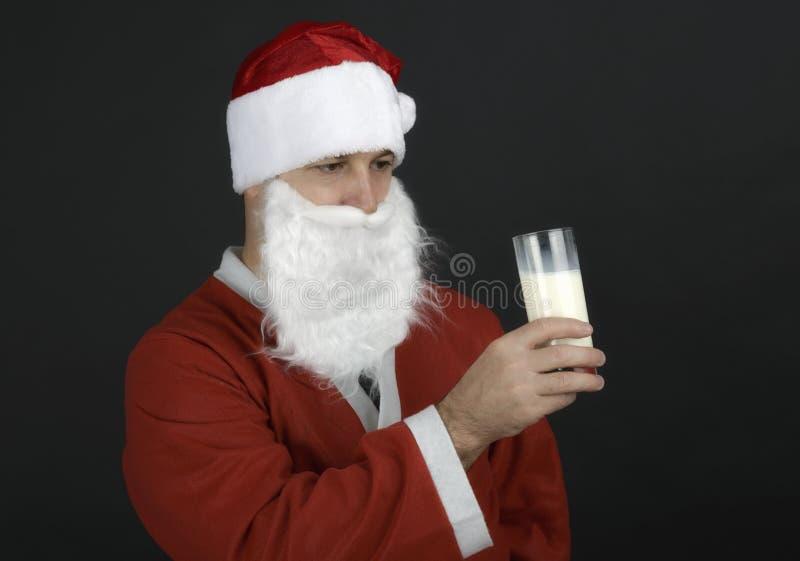 Portret van Santa Claus Drinking-melk stock afbeelding