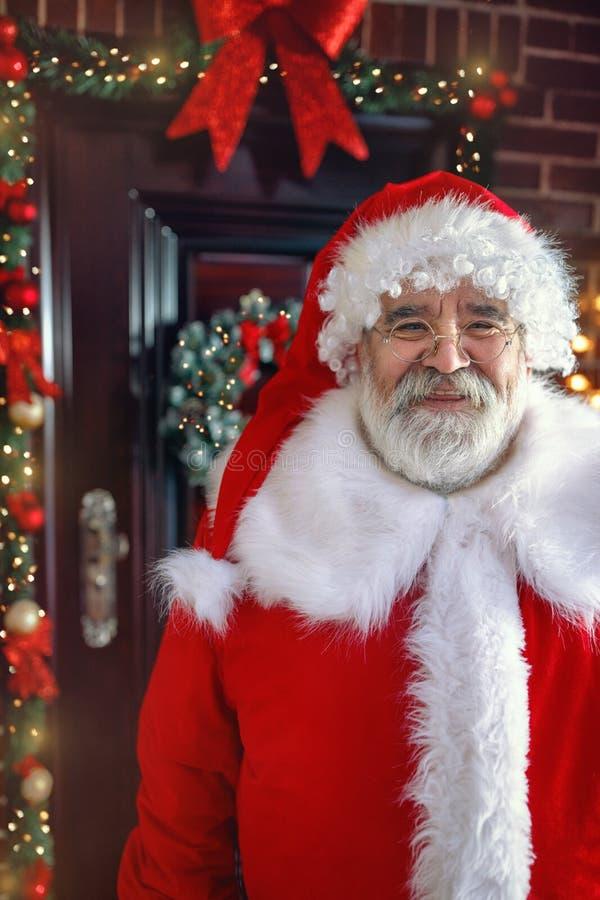 Portret van Santa Claus in magische Kerstnacht stock foto's