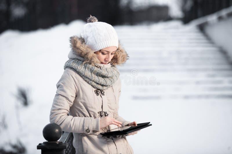 Portret van schitterend meisje die de wintermanier dragen stock foto