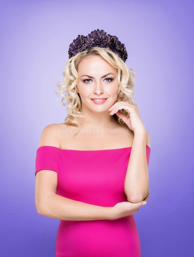 Portret van schitterende, jonge dame die roze kleding en purper w dragen royalty-vrije stock fotografie