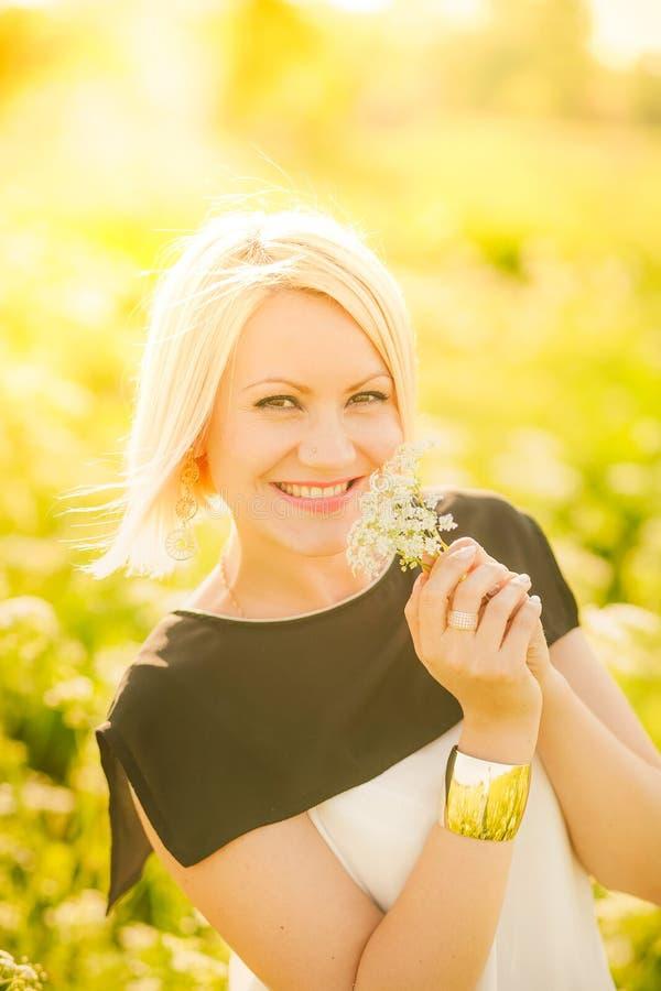Portret van schitterende jonge vrouw in zonlicht buiten royalty-vrije stock foto's