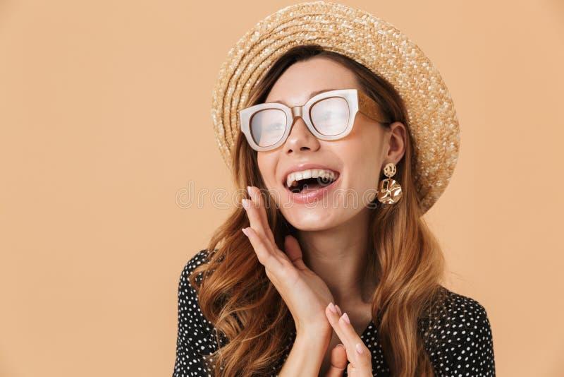 Portret van schitterende modieuze vrouw die strohoed en sunglas dragen royalty-vrije stock fotografie