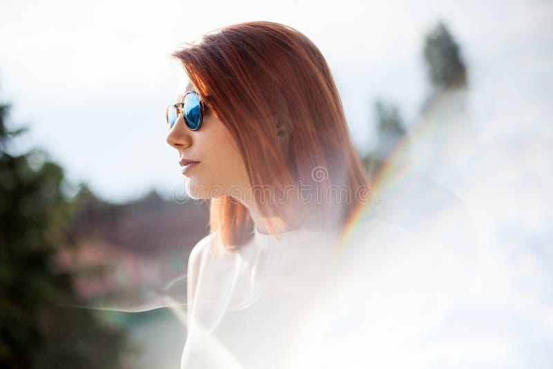 Portret van schitterende roodharige jonge vrouw royalty-vrije stock fotografie