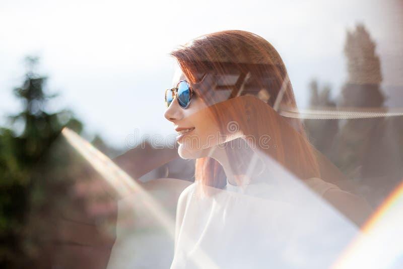 Portret van schitterende roodharige jonge vrouw royalty-vrije stock afbeelding