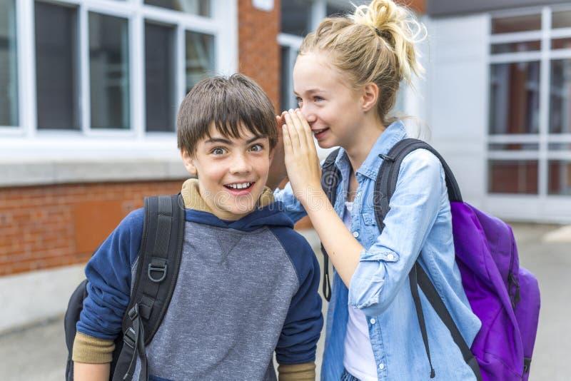 Portret van school 10 jaar jongens en meisje die pret hebben buiten stock fotografie
