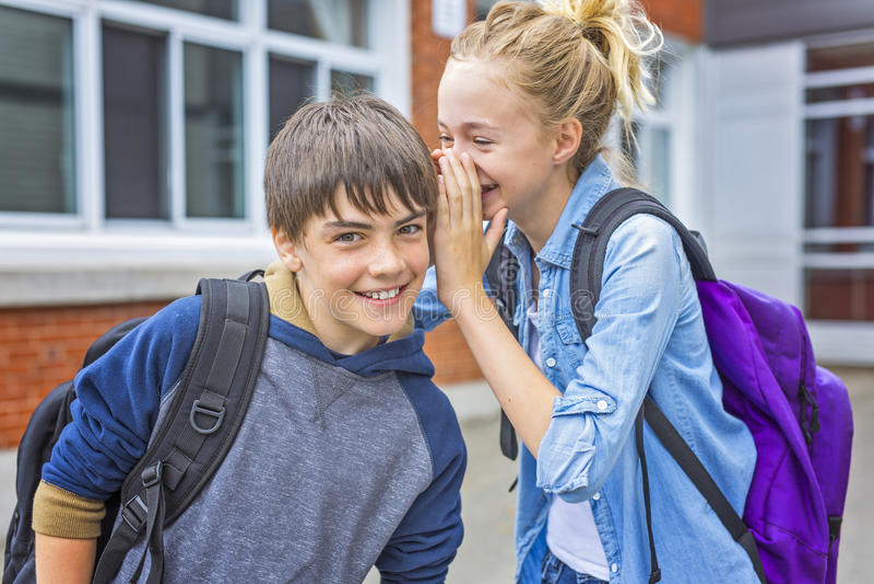 Portret van school 10 jaar jongens en meisje die pret hebben buiten stock afbeelding