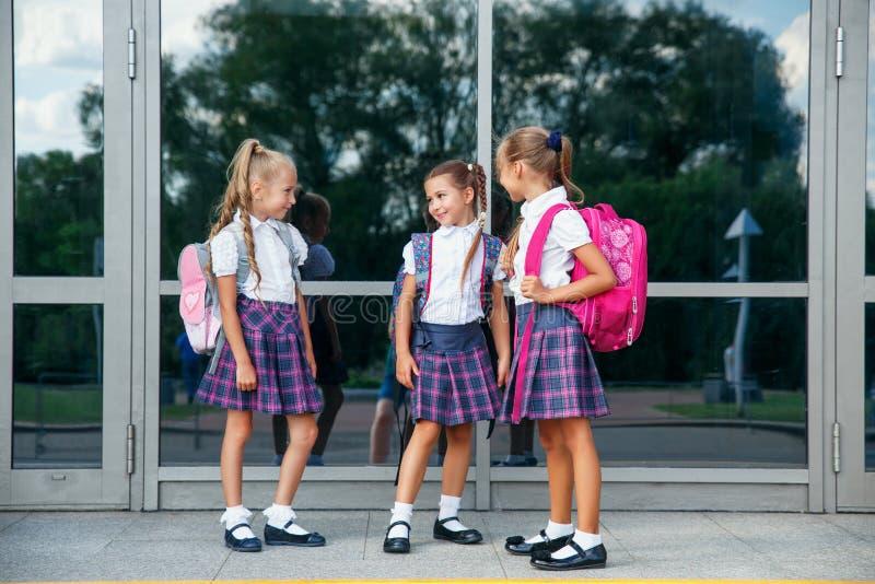 Portret van schooljonge geitjes met rugzak die na school gaan Begin van lessen Eerste dag van daling stock foto's