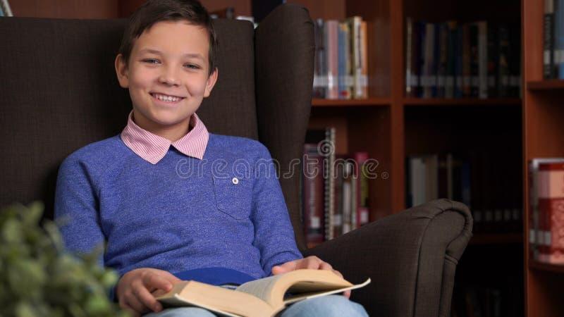 Portret van schooljongen die hun thuiswerk in bibliotheek of ruimte doen royalty-vrije stock afbeelding