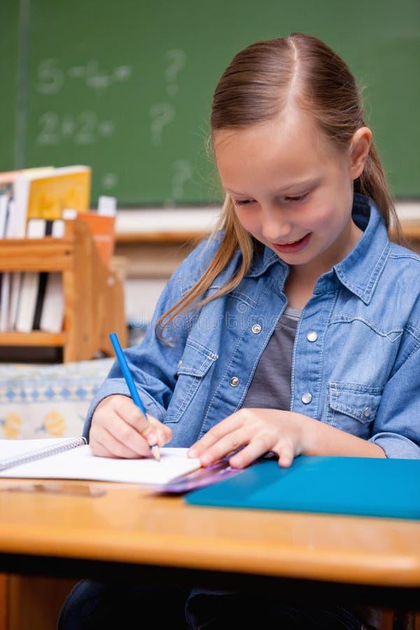Portret van schoolmeisje het schrijven royalty-vrije stock foto