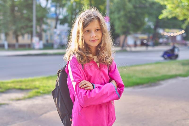 Portret van schoolmeisje in jasje met rugzak royalty-vrije stock afbeelding