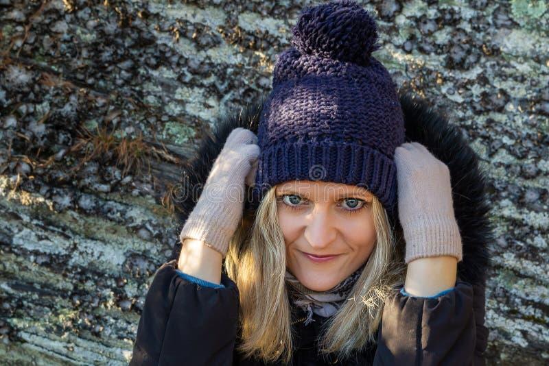 Portret van schoonheid jonge blonde haarvrouw in hoed, jas en handschoenen op de achtergrond van steen royalty-vrije stock afbeeldingen
