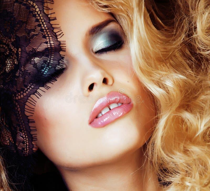 Portret van schoonheids blonde jonge vrouw door zwarte kant dichte omhooggaand stock foto's