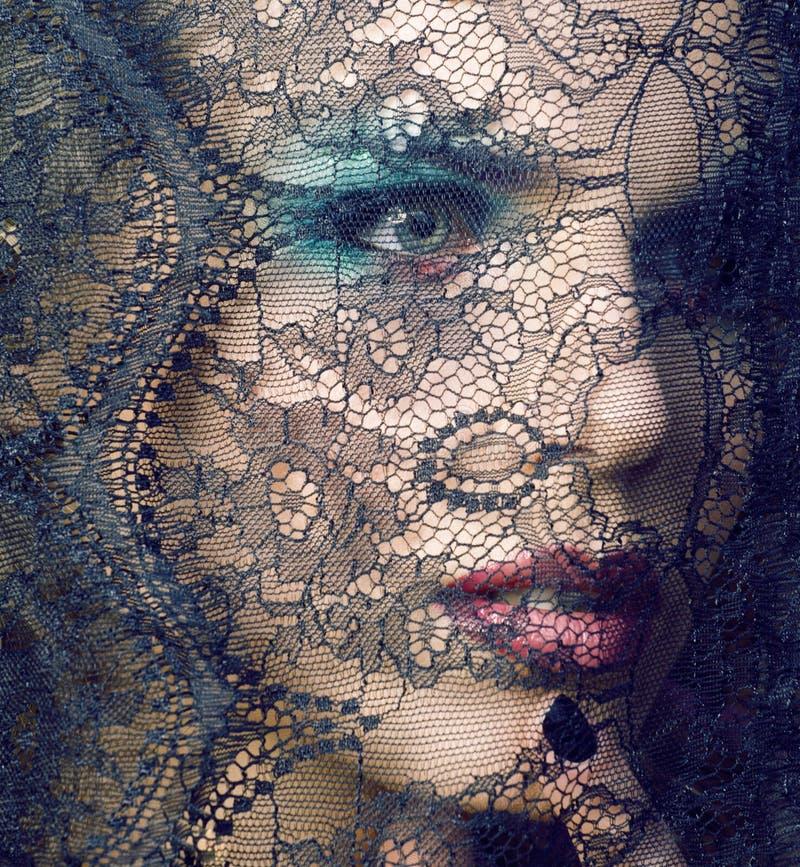 Portret van schoonheids jonge vrouw door kant dichte omhooggaande geheimzinnigheid sexy make-up, het concept van maniermensen royalty-vrije stock afbeeldingen