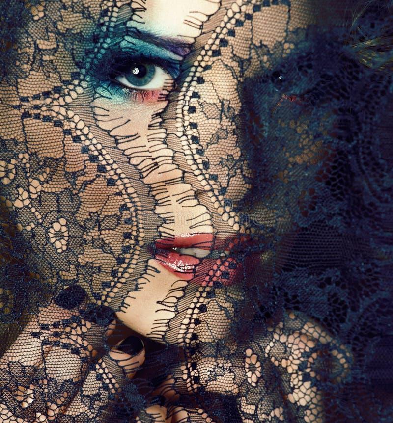 Portret van schoonheids jonge vrouw door kant dichte omhooggaande geheimzinnigheid sexy make-up, het conceptenclose-up van manier royalty-vrije stock fotografie
