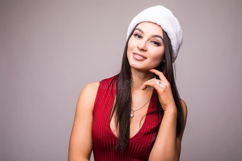 Portret van schoonheidsvrouw in rode kleding en Kerstmissantahoed stock foto's