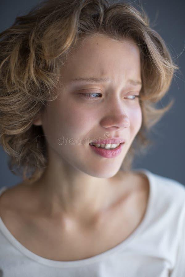 Portret van schreeuwende dame die frightenedly opzij kijken stock afbeeldingen