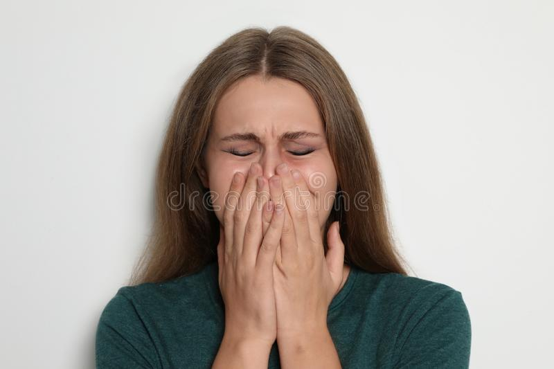 Portret van schreeuwende jonge vrouw op lichte achtergrond royalty-vrije stock foto's
