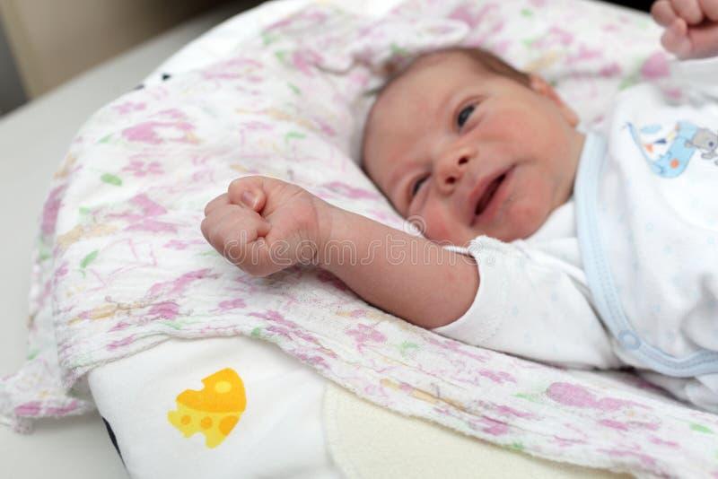 Portret van schreeuwende pasgeboren baby royalty-vrije stock foto's