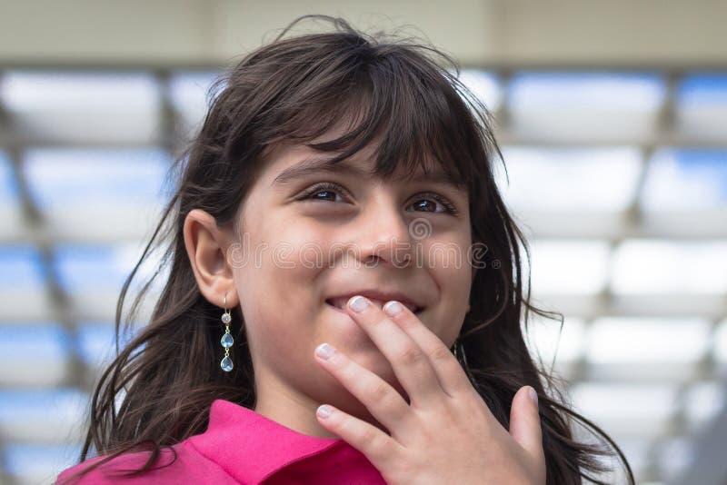 Portret van schuw mooi meisje stock fotografie