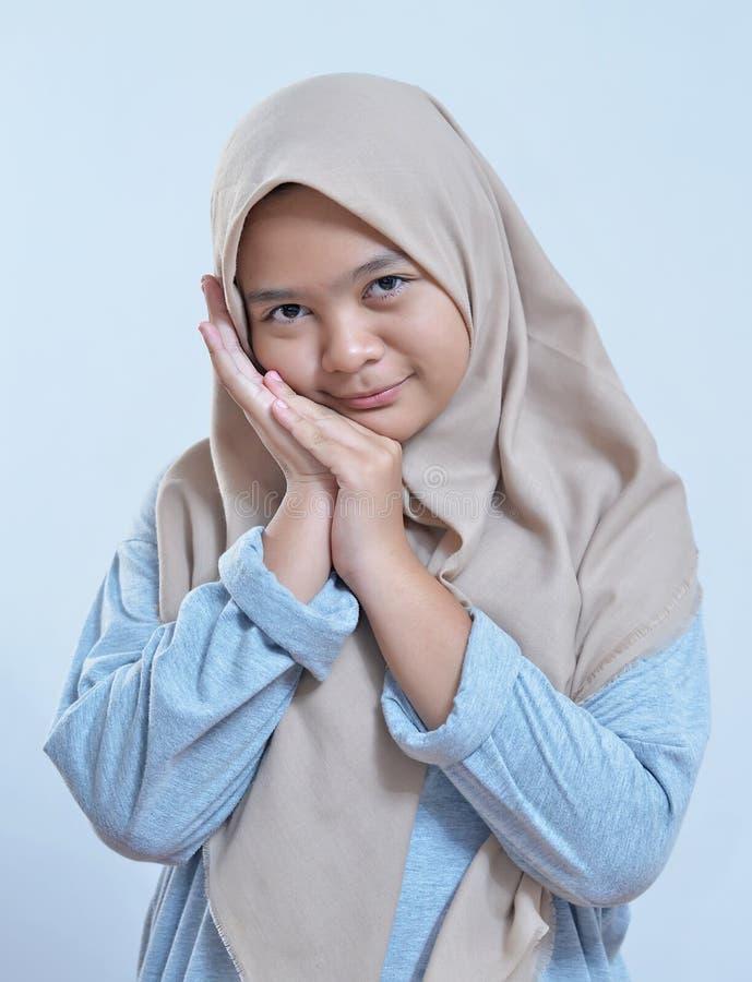 Portret van schuwe jonge moderne Aziatische moslimvrouw stock afbeeldingen