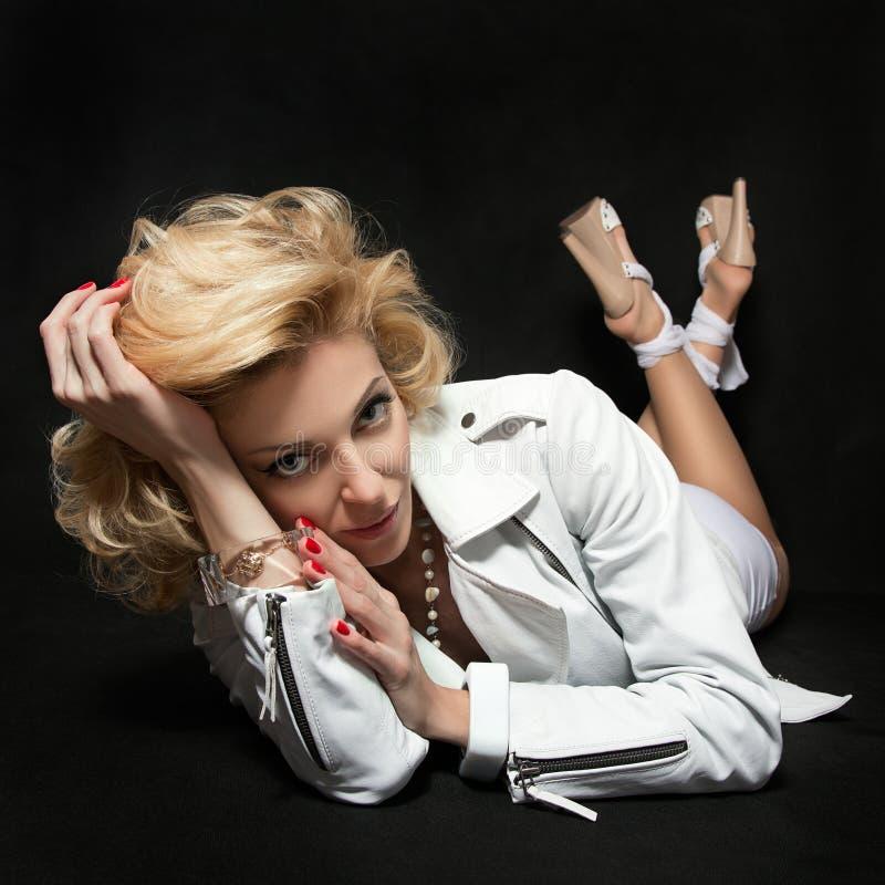 Portret van seksuele volwassen blonde vrouw die wit kleding en weiland dragen royalty-vrije stock foto
