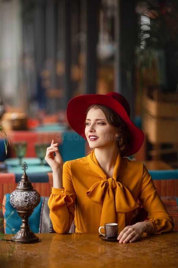 Portret van sensueel jong meisje royalty-vrije stock fotografie