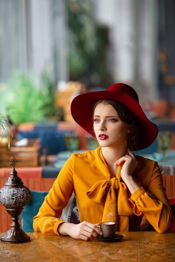 Portret van sensueel jong meisje royalty-vrije stock afbeelding