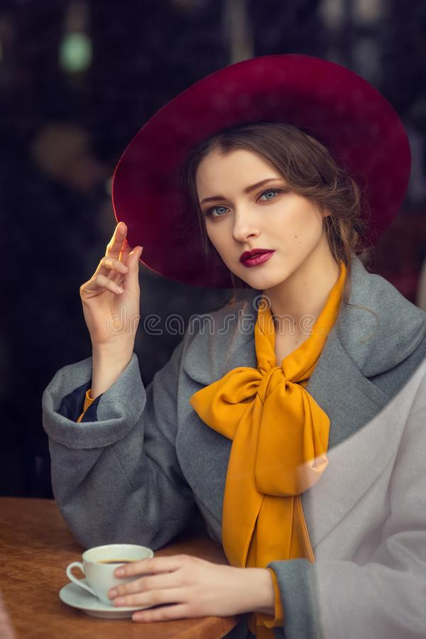 Portret van sensueel jong meisje stock afbeelding