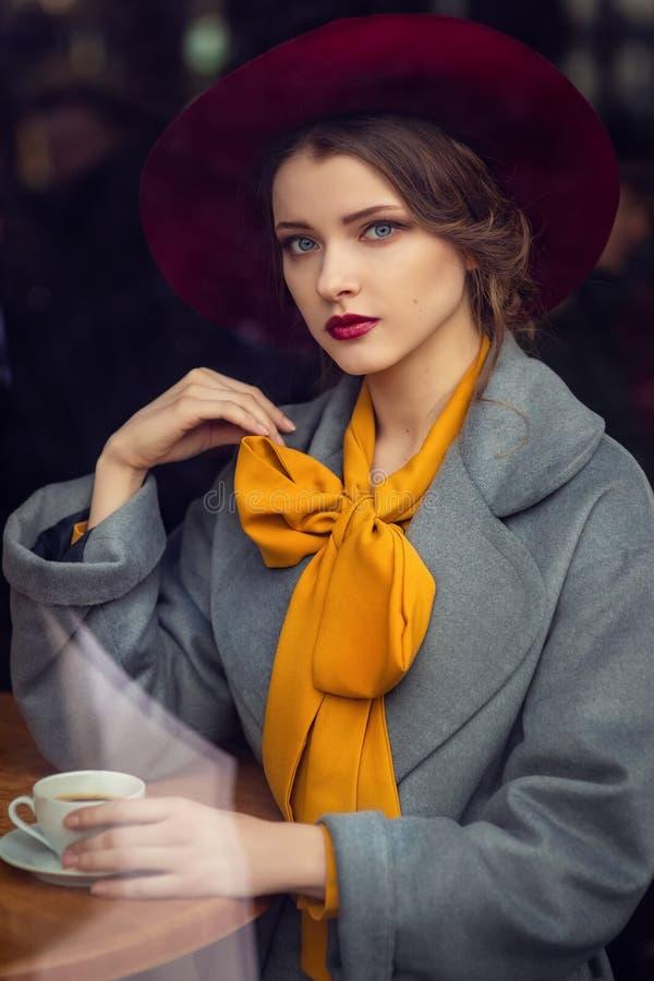 Portret van sensueel jong meisje stock fotografie