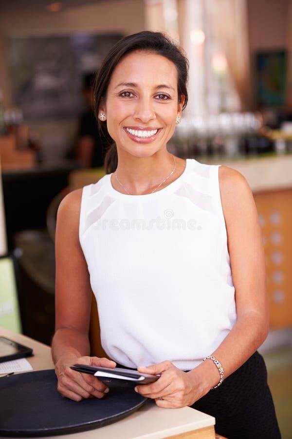 Portret van Serveerster In Hotel Restaurant die Rekening voorbereiden stock foto