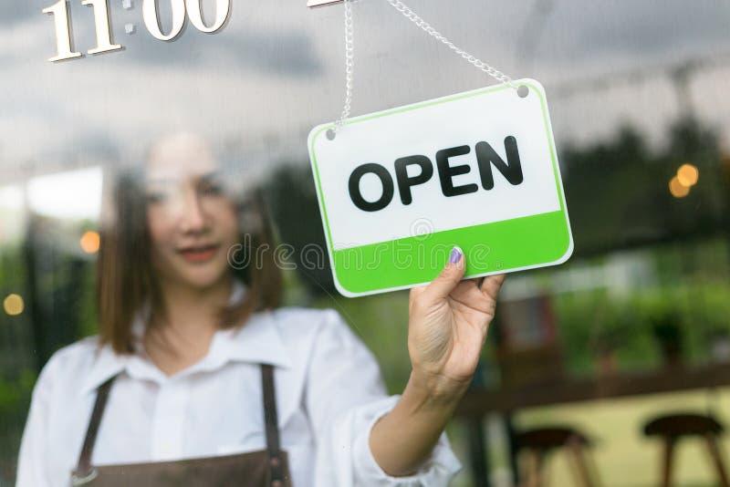 Portret van serveerster open teken in straatkoffie stock afbeelding