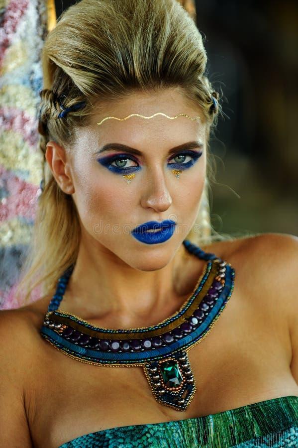 Portret van sexy aantrekkelijke blonde vrouw met creatieve heldere samenstelling royalty-vrije stock foto's
