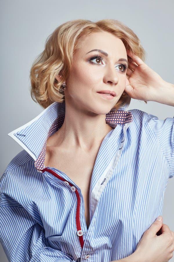 Portret van sexy bedrijfsvrouwenblonde in blauw overhemd, naakt lichaam, stock fotografie