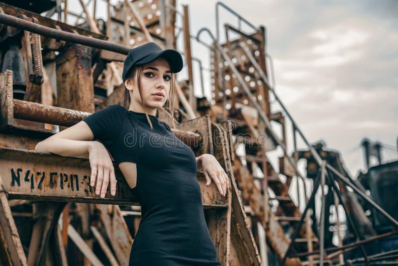 Portret van sexy jonge modieuze vrouw stock afbeeldingen