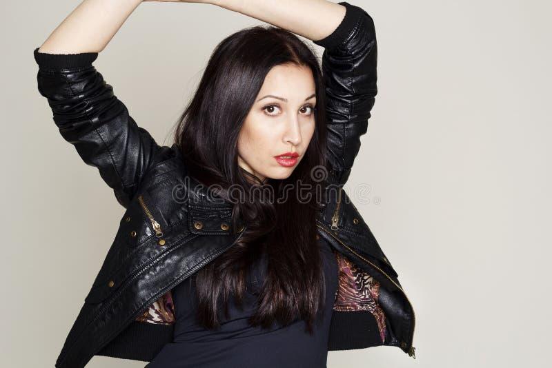 Download Portret Van Sexy Mooie Jonge Vrouw In Leerjasje Stock Afbeelding - Afbeelding bestaande uit zwart, vrij: 54077863