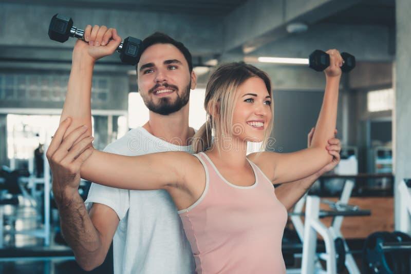 Portret van sexy vrouw in geschiktheidsgymnastiek opleiding met domoormateriaal , Koppel Kaukasisch binnen uitwerken en samen opl stock foto's