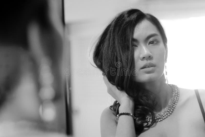 Portret van sexy vrouw met spiegel, zwart-witte pho royalty-vrije stock afbeelding