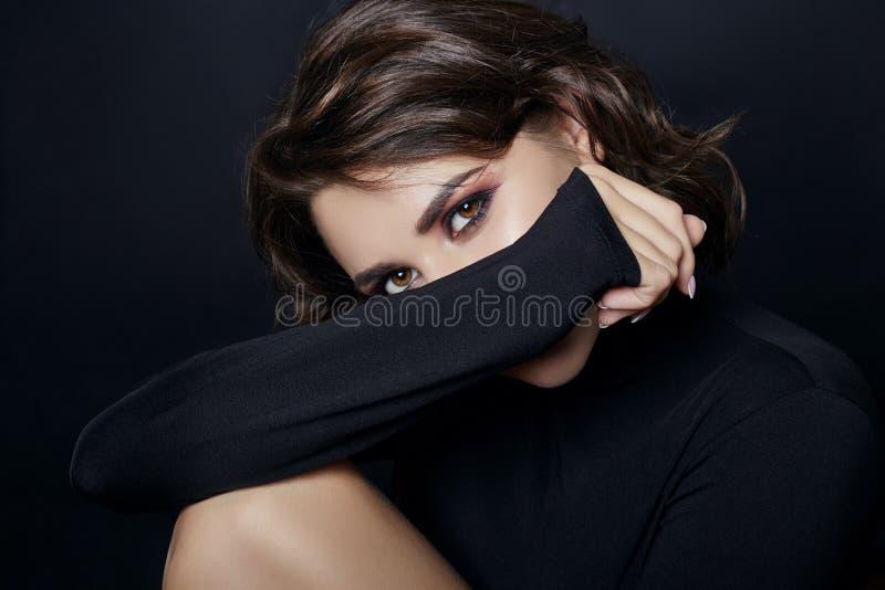 Portret van sexy vrouw met zwarte colsweater met lang royalty-vrije stock foto