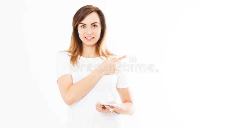 Portret van sexy vrouwengreep smartphone en het richten op witte achtergrond, exemplaarruimte, malplaatje, spatie royalty-vrije stock foto