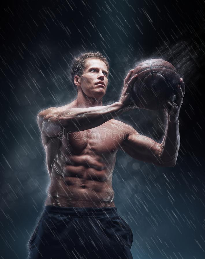 Portret van shirtless natte bascetballspeler stock foto's