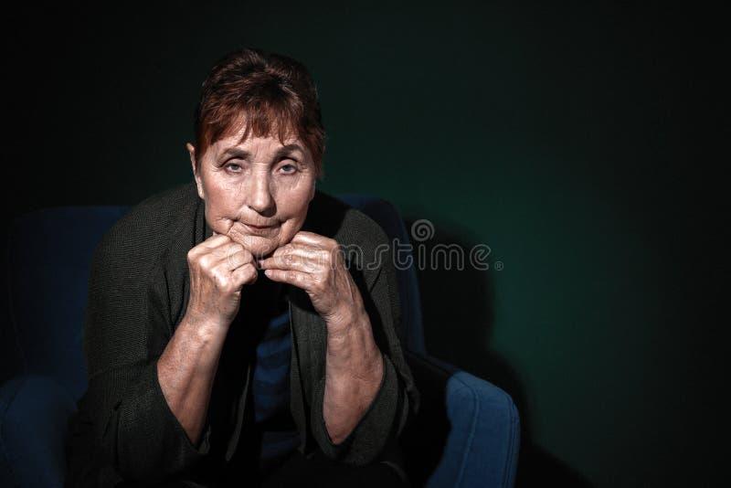 Portret van slechte hogere vrouw op kleurenachtergrond royalty-vrije stock foto's