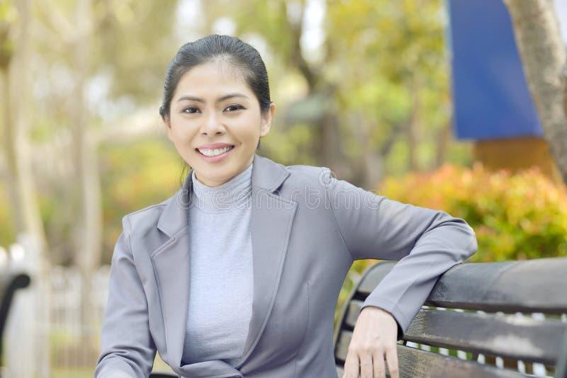 Portret van slimme Aziatische onderneemsterzitting stock fotografie