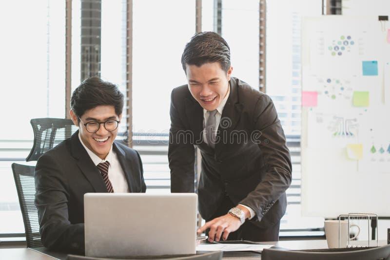 Portret van slimme zakenlieden die project bespreken stock foto's