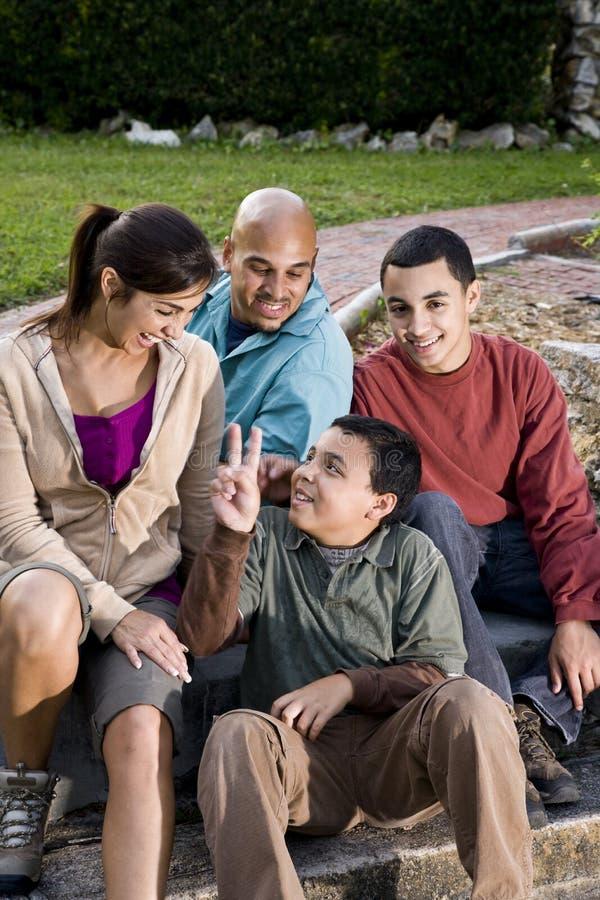 Portret van Spaanse familie in openlucht stock afbeeldingen