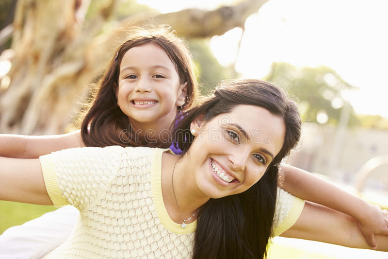 Portret van Spaanse Moeder en Dochter in Park royalty-vrije stock afbeeldingen